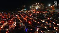 Kendaraan pemudik antre masuk ke dalam kapal penyeberangan di Dermaga Pelabuhan Merak, Banten, Kamis (22/6). Dini hari, ribuan kendaraan pemudik antri menyeberang dari Pelabuhan Merak menuju Bakauheni, Lampung. (Liputan6.com/Helmi Fithriansyah)
