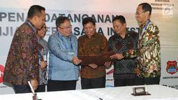 Menteri PPN/Kepala Bappenas Bambang Brodjonegoro (tiga kiri) melihat nota kerja sama investasi di Bali, Sabtu (13/10). Kerja sama tersebut untuk proyek-proyek energi terbarukan, perkebunan serta jalan tol. (Liputan6.com/Angga Yuniar)
