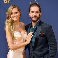 Model senior Heidi Klum dan pacarnya, Tom Kaulitz saat menghadiri Emmy Awards 2018 di Los Angeles, AS, Senin (17/9). Romansa keduanya mulai terkuak ketika mereka kedapatan berciuman di lokasi syuting 'America's Got Talent' Maret lalu. (VALERIE MACON/AFP)