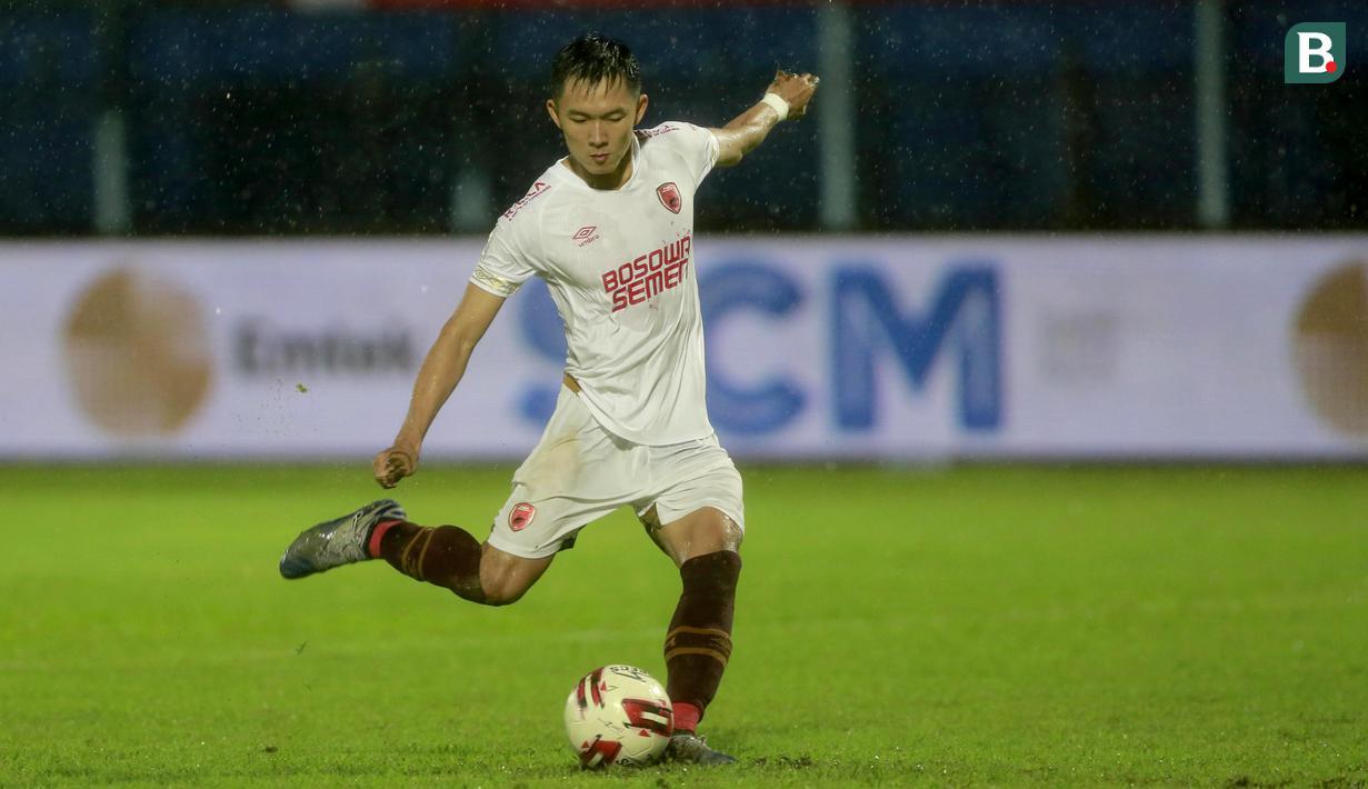 Pemain PSM Makassar, Sutanto Tan, saat mencetak gol penentu kemenangan dalam adu penalti melawan PSIS Semarang. (Foto: Bola.com/Arief Bagus)