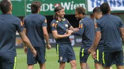 Pemain Brasil, Neymar, bercanda dengan rekannya Filipe Luis saat latihan di Stadion Ernst Happel, Wina, Sabtu (9/6/2018). Latihan ini merupakan persiapan jelang laga ujicoba melawan Austria. (Bola.com/Reza Khomaini)