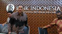Gubernur Bank Indonesia (BI) Agus Martowardojo (batik hitam) saat akan memberikan keterangan pers di Jakarta,(19\8). Hasil Rapat Dewan Gubernur BI mencatat triwulan II 2016  mempertahankan 7 days Repo Rate sebesar 5,25 persen. (Liputan6.com/Angga Yuniar)