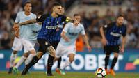 Striker Inter Milan, Mauro Icardi, berusaha melakukan tendangan penalti saat melawan Lazio pada laga Serie A Italia di Stadion Olimpico, Roma, Minggu (20/5/2018). Lazio kalah 2-3 dari Inter. (AP/Giuseppe Lami)