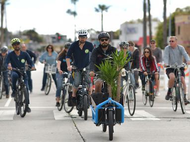Orang-orang mengendarai sepeda di jalan-jalan bebas kendaraan bermotor selama acara CicLAvia di Culver City, Los Angeles, Minggu (3/3). Di Los Angeles, car free day disebut juga CicLAvia dan pertama kali diadakan pada 10 Oktober 2010. (Chris Delmas/AFP)