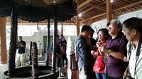 Prosesi ziarah warga Tionghoa Cirebon sebelum menuju Makam Putri Ong Tien di komplek pemakaman Sunan Gunung Jati Cirebon (Liputan6.com / Panji Prayitno)