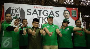 Ketum DPP PKB, Muhaimin Iskandar foto bersama usai pelantikan Satuan Tugas TKI di Kantor DPP PKB, Jakarta, Selasa (28/2). Satgas TKI nantinya bertugas membantu pemerintah memantau kelengkapan dokumen TKI. (Liputan6.com/Johan Tallo)
