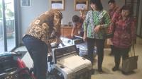 Direktur Jenderal Industri Kecil, Menengah dan Aneka Gati Wibawaningsih berkunjung ke pabrik mainan anak, PT Sinar Harapan Plastik (PT SHP) di Jakarta Barat. Dok Merdeka.com/Wilfridus Setu Umbu