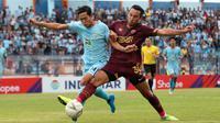 Duel Birrul Walidan (kiri/Persela) versus pemain PSM, Ezra Walian, di Stadion Surajaya, Lamongan (7/12/2019).