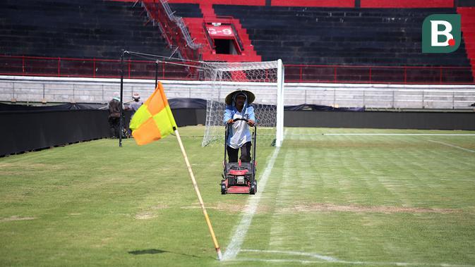 Perawatan Stadion I Wayan Dipta, Gianyar. (Bola.com/Aditya Wany)