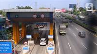 Sejumlah pengguna jasa tol saat melakukan transaksi pembayaran di gerbang tol Karang Tengah, Tangerang, Selasa (24/11/2020). Sistem baru tersebut bertujuan mengurangi kepadatan di gardu pembayaran jalan tol. (Liputan6.com/Angga Yuniar)