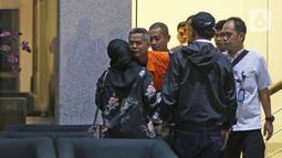 Komisioner KPU Wahyu Setiawan (kedua kiri) usai menjalani pemeriksaan di Gedung KPK, Jakarta, Jumat (10/1/2020). KPK resmi menahan Wahyu Setiawan yang sebelumnya ditetapkan sebagai tersangka kasus suap terkait pergantian antar-waktu anggota DPR RI periode 2019-2024. (Liputan6.com/Herman Zakharia)