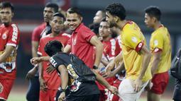 Bek Selangor FA, Willian Pachecho, bercanda dengan pemain Persija Jakarta pada laga persahabatan di Stadion Patriot, Jawa Barat, Kamis (6/9/2018). Persija kalah 1-2 dari Selangor FA. (Bola.com/M Iqbal Ichsan)