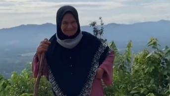 Aksi Seorang Nenek Hiking Pakai Gamis Sukses Curi Perhatian