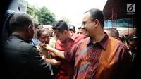 Gubernur DKI Jakarta Anies Baswedan menyemarakkan perayaan Imlek dengan mendatangi Vihara Dharma Bakti di kawasan Glodok, Jakarta Barat, Jumat (16/2). Dengan mengenakan batik, Anies didampingi anak ketiganya, yakni Kaisar. (Liputan6.com/Gempur M Surya)