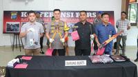 Personel Satreskrim Polrestabes Medan mengungkap kasus kejahatan yang dilakukan komplotan 'becak hantu'. (Liputan6.com/Reza Efendi)