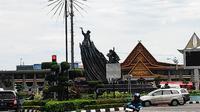 Tugu Zapin yang menjadi ikon Kota Pekanbaru di Jalan Jenderal Sudirman. (Liputan6.com/M Syukur)