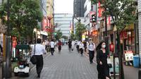 Orang-orang yang mengenakan masker berjalan di Minato-ku, Tokyo, Jepang (30/6/2020). Pemerintah kota metropolitan Tokyo mengonfirmasi 54 kasus infeksi baru COVID-19, menandai hari kelima berturut-turut penambahan kasus harian baru di ibu kota tersebut. (Xinhua/Du Xiaoyi)