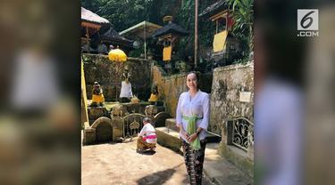Warganet dikomentari warganet karena kecantikannya saat mengenakan pakaian adat kebaya khas Bali.