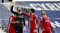 Kiper Liverpool, Alisson Becker, melakukan selebrasi usai mencetak gol ke gawang West Bromwich Albion pada laga Liga Inggris di Stadion the Hawthorns, Minggu (16/5/2021). Liverpool menang dengan skor 2-1. (AP Photo/Rui Vieira,Pool)