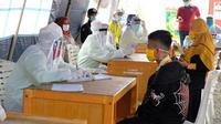 Warga yang akan keluar ataupun masuk di Provinsi Riau jalani rapid tes Covid-19. (Liputan6.com/M Syukur)