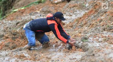 Warga menyelamatkan seekor kambing yang tertimbun longsor di Dusun Cimapag, Desa Sirnaresmi, Kecamatan Cisolok, Sukabumi, Selasa (1/1). Longsor menerjang Dusun Cimapag pada 31 Desember 2018. (Merdeka.com/Arie Basuki)