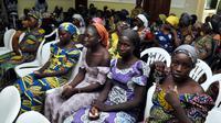 Sejumlah gadis sekolah Chibok menunggu untuk bertemu Presiden Muhammadu Buhari di Abuja, Nigeria (7/5). 82 gadis yang dibebaskan itu ditemukan dekat kota Banki di Negara Bagian Borno, dekat perbatasan dengan Kamerun. (AP Photo/Olamikan Gbemiga)