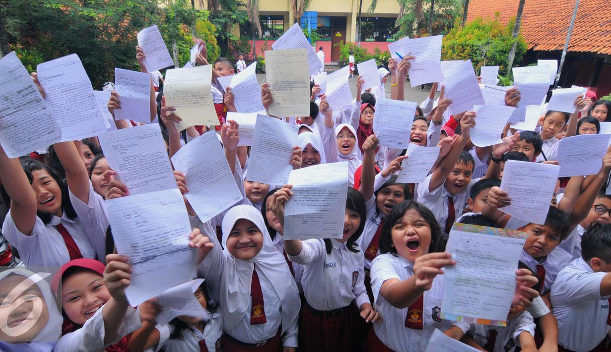 Siswa-siswi menunjukan surat untuk Presiden RI. Joko Widodo di SDN Sukasari 4 Kota Tangerang, Selasa, (29/16). Isi Surat tersebut meminta kepada Jokowi agar prihatin dengan keberadaan generasi muda Indonesia. (Liputan6.com/Faisal R Syam)