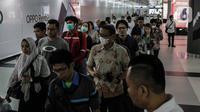 Penumpang menggunakan masker saat antre memasuki kereta Mass Rapid Transit (MRT) di Stasiun Bundaran HI Jakarta, Selasa (3/3/2020). Penumpang dengan gejala demam tinggi dilarang masuk dan menggunakan MRT sebagai upaya pencegahan penyebaran virus corona Covid 19. (Liputan6.com/Faizal Fanani)