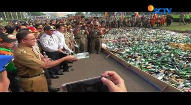 Belasan ribu botol miras berbagai merek dari hasil operasi selama bulan Ramadan, dimusnahkan Satpol PP DKI Jakarta. Pemusnahan miras dipimpin langsung Gubernur DKI Jakarta, Anies Baswedan.