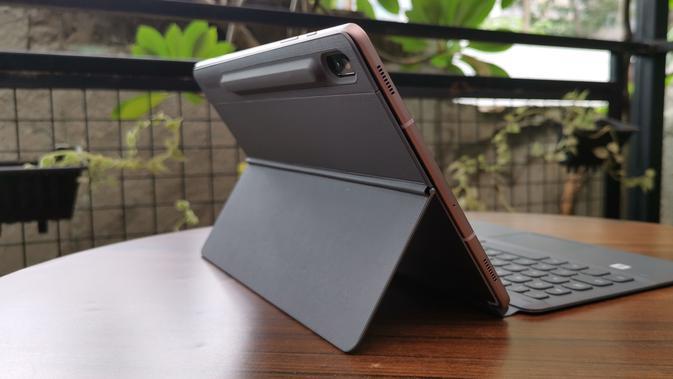 Galaxy Tab S6 dengan Book Cover Keyboard (Foto: Andina Librianty / LIputan6.com)