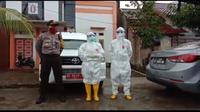 Tim Gugus Tugas Covid-19 Mamuju saat melakukan evakuasi terhadap PDP disalah satu perumahan