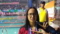 Perenang Kalimantan Utara, Angel Gabriella Yus, memecahkan rekor PON dan nasional saat meraih medali emas nomor 100 meter gaya kupu-kupu putri PON 2016 di Kolam Renang FPOK UPI, Bandung, Jawa Barat, Kamis (15/9/2016). (Tim Media PON 2016)