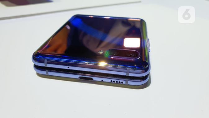 Posisi port USB C dan speaker di bagian bawah Galaxy Z Flip. (Liputan6.com/ Agustin Setyo Wardani)