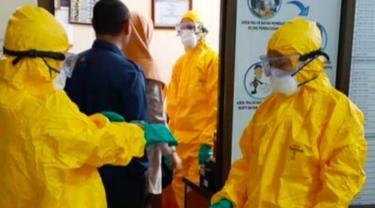 Petugas medis mengevakuasi warga terkonfirmasi Covid-19 di Riau untuk dibawa ke rumah sakit.