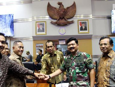 Menteri Pertahanan Ryamizard Ryacudu (ketiga kiri) bersama Panglima TNI Jenderal Hadi Tjahjanto (kedua kanan) berjabat tangan usai mengikuti rapat kerja dengan Komisi I DPR di Senayan, Jakarta, Kamis (7/6). (Liputan6.com/JohanTallo)