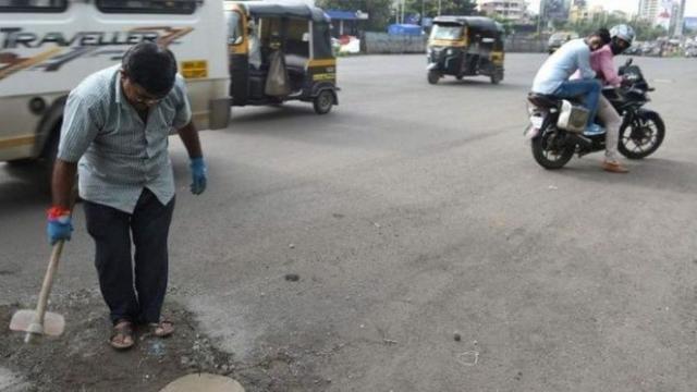 Aksi Dadarao Bilhore menutup lubang di jalanan Kota Mumbai India (AFP)