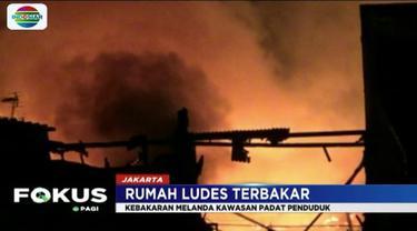 Banyaknya material yang mudah terbakar membuat api kian membesar dan menjalar dari satu rumah ke rumah lainnya.