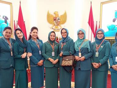 Mengenakan pakaian yang senada, ini kunjungan lapangan Arumi Bachsin ke Istana Bogor bareng TP. PKK se-Indonesia. Arumi nampak hangat dan nyaman bersama para ibu-ibu PKK. (Liputan6.com/IG?@arumi_arumi_94)