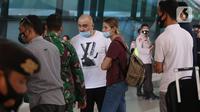 Warga Negara Asing (WNA) berbincang dengan personel TNI saat tiba di Bandara Soekarno Hatta, Tangerang, Selasa (29/12/2020). Pemerintah Indonesia melarang masuk WNA dari semua negara mulai 1 hingga 14 Januari 2021 menyusul varian baru COVID-19 yang ditemukan di Inggris. (Liputan6.com/Angga Yuniar)