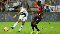 Pemain Juventus, Joao Cancelo menembak bola melewati pemain AC Milan, Tiemoue Bakayoko pada laga Piala Super Italia 2018, di Stadion King Abdullah Sports City, Kamis (17/1). Juventus keluar sebagai kampiun dengan meraih kemenangan tipis 1-0. (AP Photo)