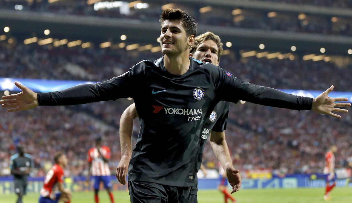 Pemain Chelsea, Alvaro Morata merayakan golnya saat melawan Atletico Madrid pada laga grup C Liga Champions di Wanda Metropolitano stadium, Madrid, Spanyol, (27/9/2017). Chelsea menang 2-1. (AP/Francisco Seco)