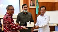 Anggota Komisi VII DPR-RI Maman Abdurrahman dan Kepala BPH Migas M. Fanshurullah Asa melakukan kunjungan kerja ke Propinsi Kalimantan Barat. (Dok BPH Migas)