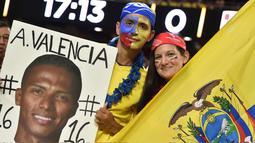Suporters Ekuador memajang poster Antonio Valencia saat menonton babak penyisihan grup B  antara Ekuador vs Peru pada Copa America Centenario 2016 di Glendale, Arizona, AS, (9/6/2016) WIB. (AFP/Nelson Almeida)