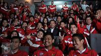 Menpora Imam Nahrawi (tengah) foto bersama dalam acara pelepasan kontingen pelajar Indonesia ke Asean School Games di Jakarta, (20/7). Para kontingen akan bertanding pada the 8th Asean School Games 2016 di Chiangmai, Thailand. (Liputan6.com/Johan Tallo)