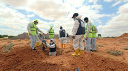 Tim pakar bekerja di lokasi kuburan massal di Kota Tarhuna, Libya, Selasa (23/6/2020). Direktur Departemen Pencarian Jasad Lutfi Al-Misurati mengatakan 10 jasad tak dikenal ditemukan di kuburan massal Kota Tarhuna. (Xinhua/Hamza Turkia)