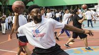 Pebasket Boston Celtics, Jaylen Brown, memainkan bola saat Junior NBA Indonesia di SMA 82, Jakarta, Kamis (26/7/2018). Junior NBA merupakan program pembinaan olahraga basket secara global. (Bola.com/Vitalis Yogi Trisna)