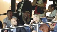 La Pulga tampak berada di tribun penonton dan menyaksikan pertandingan bersama Neymar dan Di Maria. (Foto/AFP/Geoffroy Van Der Hasselt)