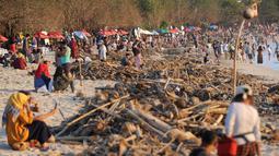 Pemandangan sampah yang terdampar akibat cuaca buruk di Pantai Kuta, Bali, Jumat (15/2). Hujan deras disertai angin kencang yang melanda Bali berdampak pada arus laut yang terus membawa sampah dari daerah lain. (SONNY TUMBELAKA/AFP)