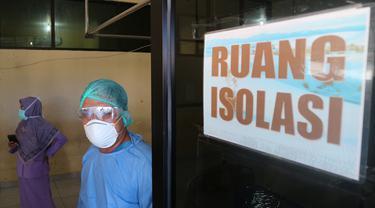 Petugas medis di ruang isolasi pasien covid-19 RSUD Anutapura Palu memeragakan kesiapan menunggu pasien yang akan dirujuk saat digelar simulasi pada Akhir Maret 2020. (Foto: Liputan6.com/ Heri Susanto).