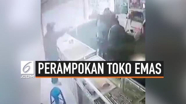 Terjadi perampokan di siang hari pukul 11.00 WIB di toko emas Wisma Cahaya Gerobogan, Jawa Tengah. Pelaku sebanyak 4 orang, merampok emas senilai Rp 4,5 miliar.